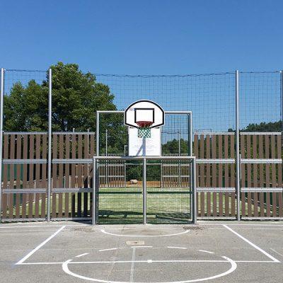 Quel est l'entretien nécessaire pour un terrain multisport ?